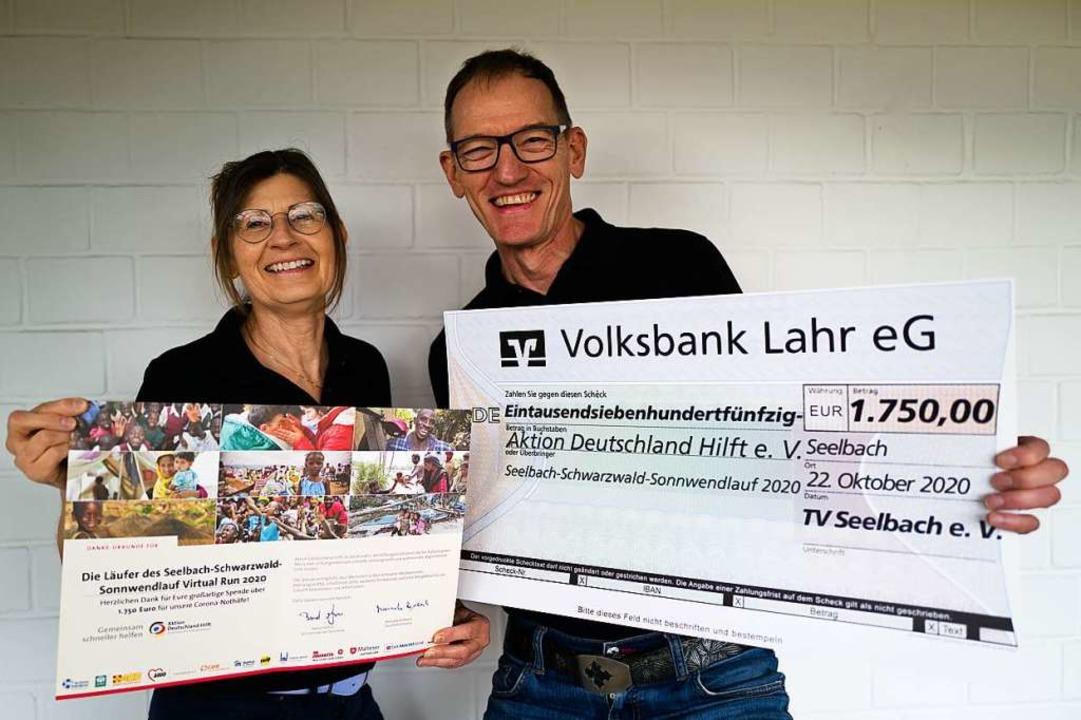 Thomas May und Annette Morstadt vom TV Seelbach mit dem Spendenscheck    Foto: Verein