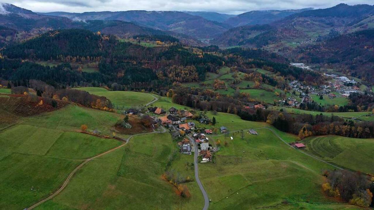 In Fröhnd wohnen rund 480 Menschen auf...tern. Im Vordergrund der Ortsteil Hof.  | Foto: Martin Klabund