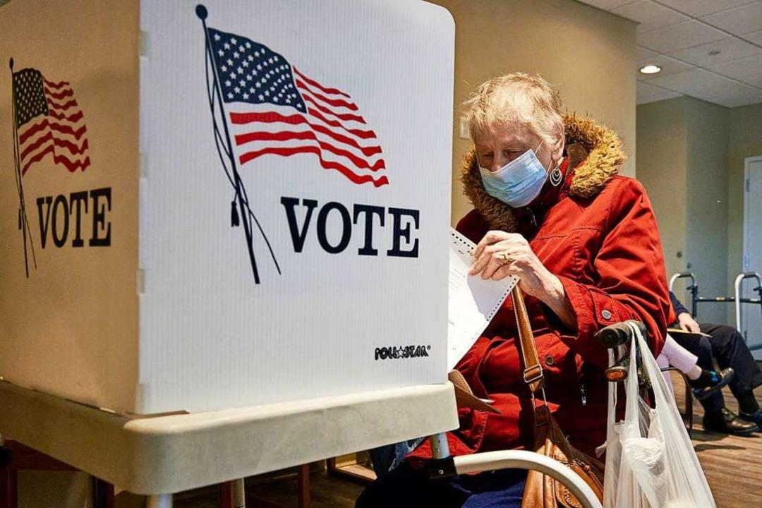 Eine Wählerin füllt ihren Stimmzettel aus.  | Foto: Nati Harnik (dpa)
