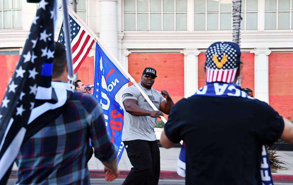 Ein Anhänger von Donald Trump bei eine...nstaltung in Beverly Hills am Sonntag.  | Foto: CHRIS DELMAS (AFP)
