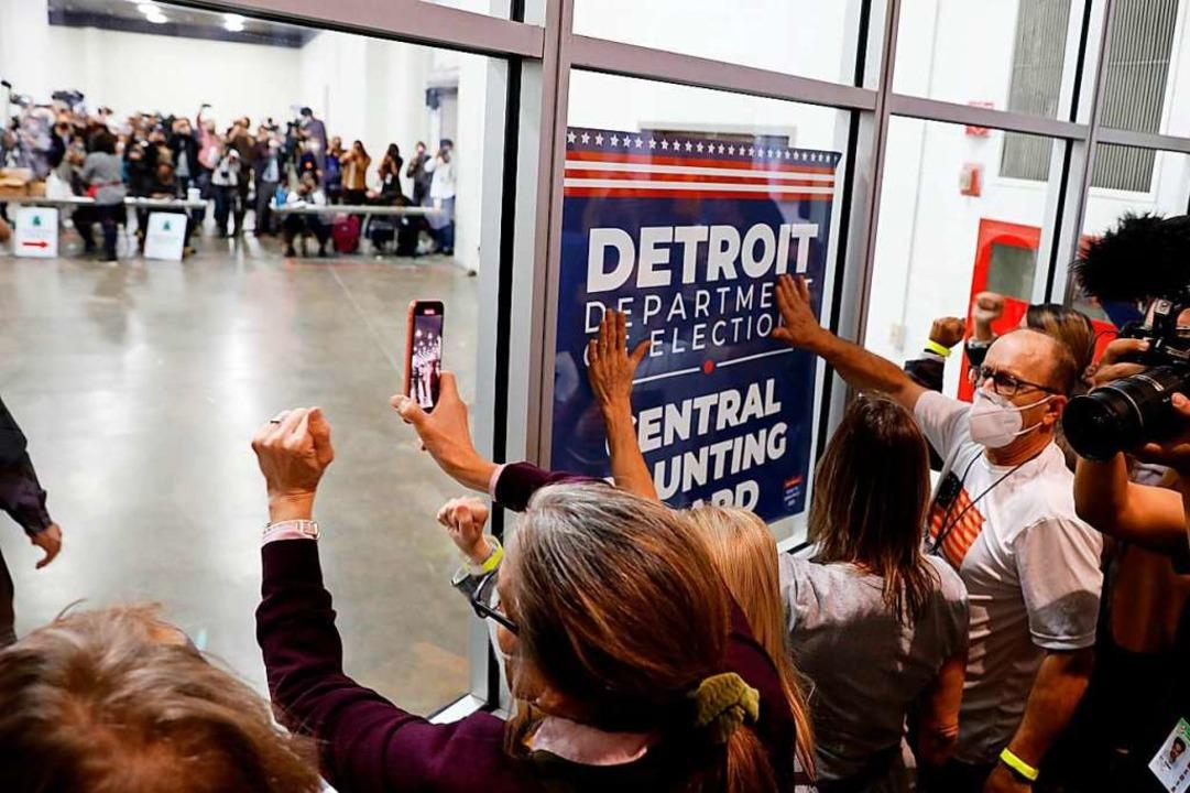 Anhänger von Präsident Trump fordern a...n Detroit das Ende der Wahlauszählung.  | Foto: JEFF KOWALSKY (AFP)