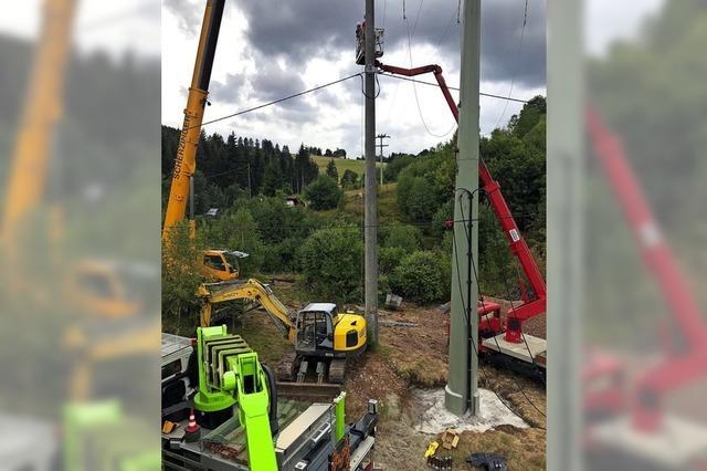 Neue Stromseile über dem Tal