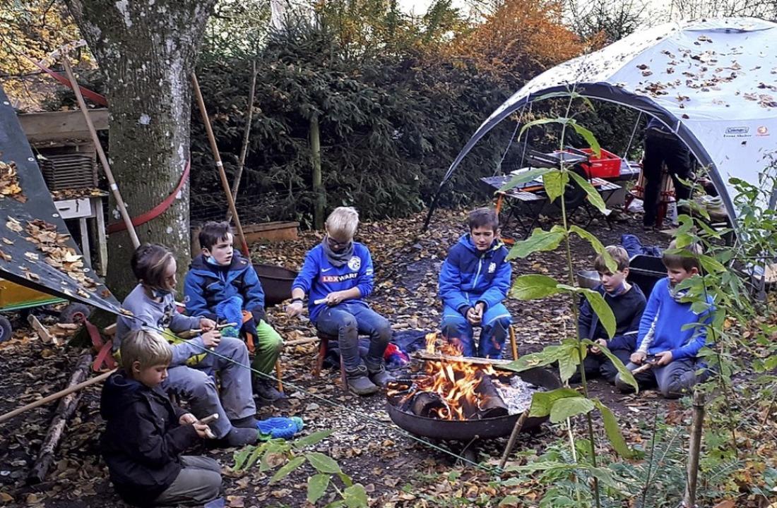 Ausspannen im Ferienlager:  die Gartenbande am Lagerfeuer  | Foto: Jugendbüro