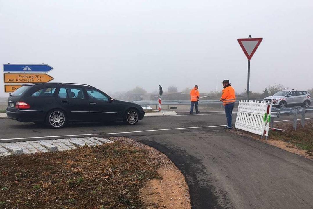 Das erste Auto naht: Ein schwarzer Mercedes  | Foto: Laetitia Wühler
