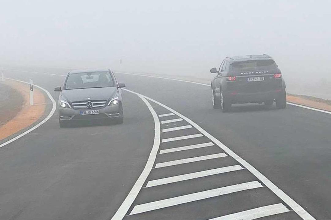 Bald rollt der Verkehr auf beiden Fahrspuren im dichten Nebel.  | Foto: Hans-Peter Müller