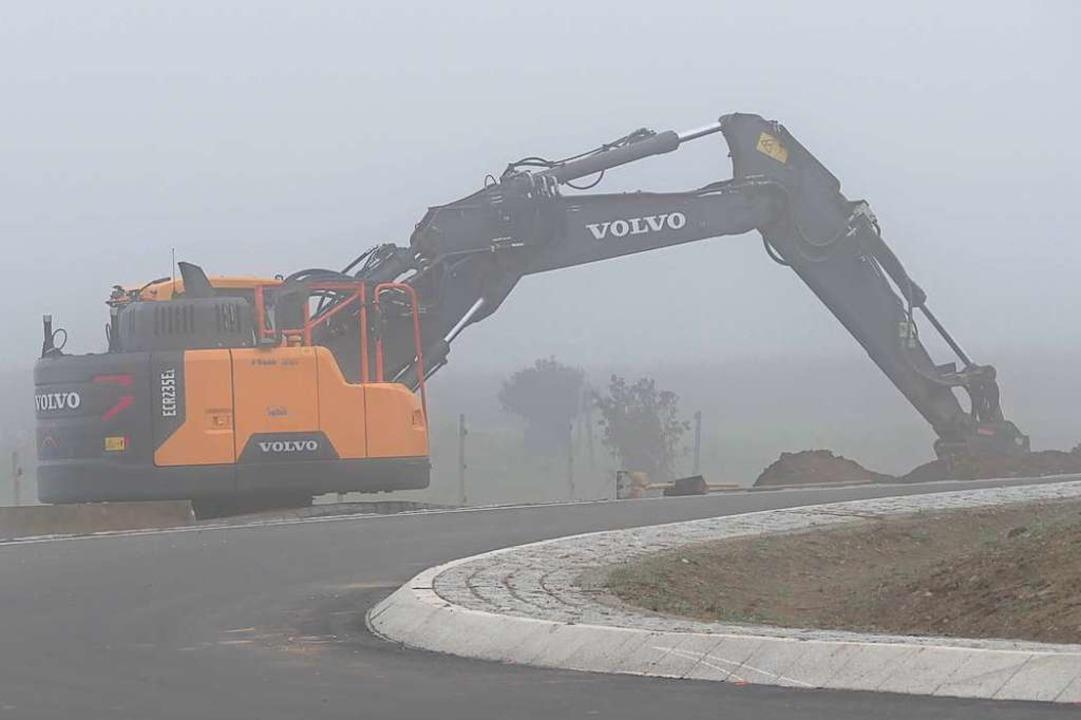 Die Arbeiten rundherum gehen weiter, unter anderem für neue Fuß- und Radwege.  | Foto: Hans-Peter Müller