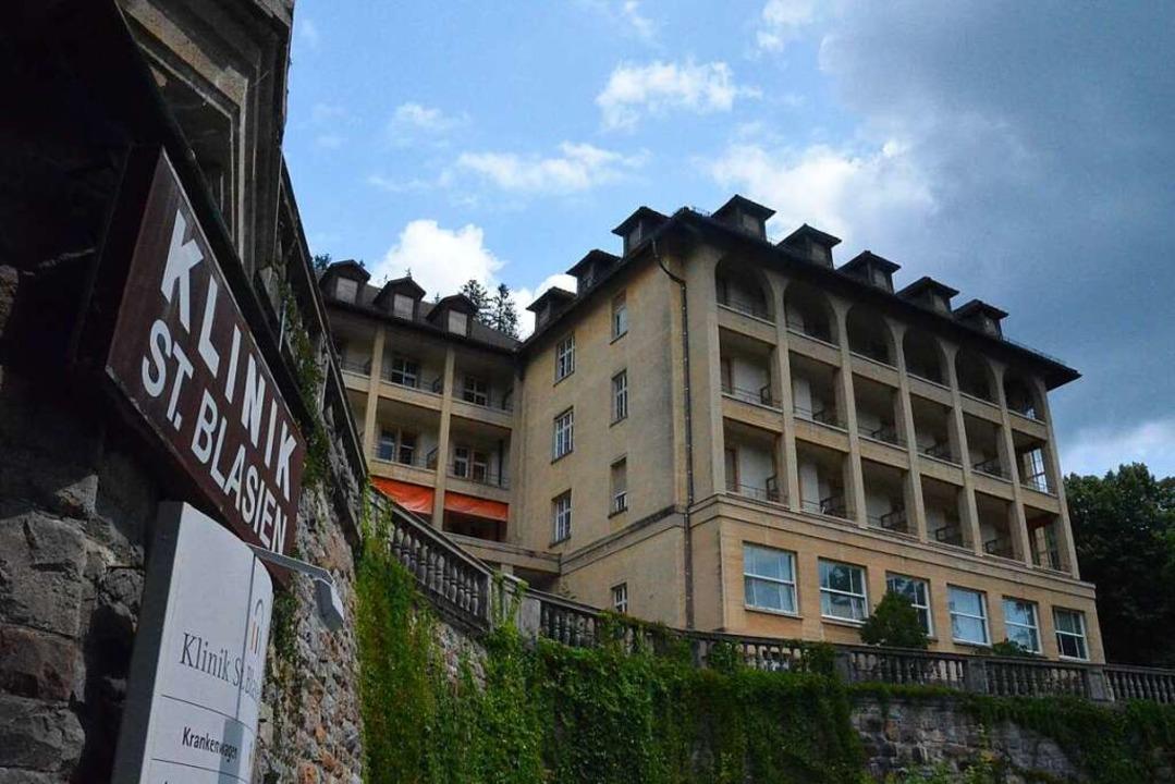 Beherbergt die Klinik in St. Blasien b...rd das stadtbildprägende Gebäude bald.  | Foto: Sebastian Barthmes