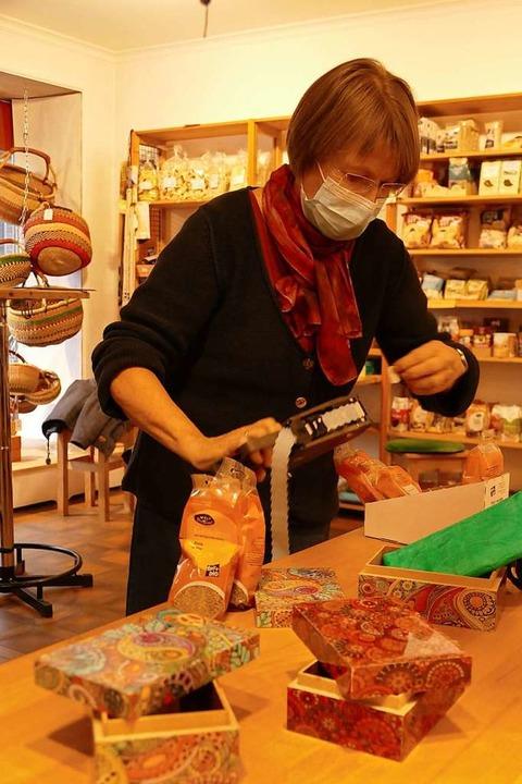 Im Zeller Weltladen gibt es ausschließ...Hailperin beim Auszeichnen von  Waren.  | Foto: Sarah Trinler