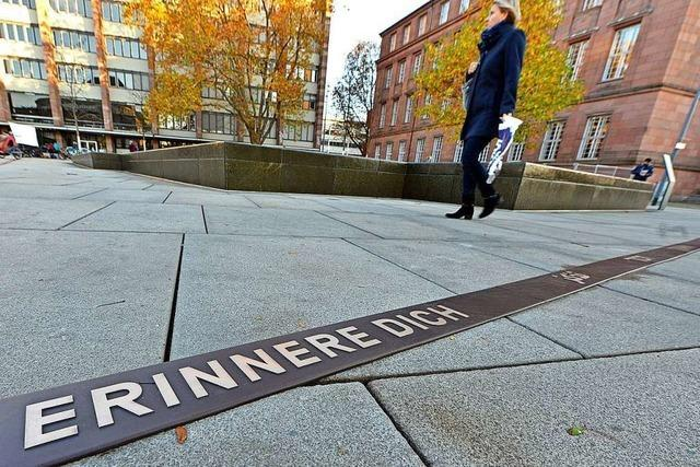 Ein Bronzeband soll am Gedenkbrunnen an die Pogromnacht erinnern