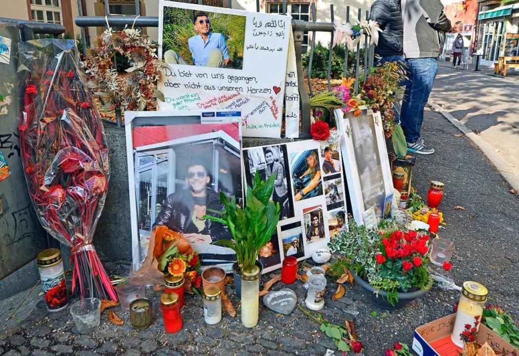 Freunde und Bekannte trauern um den ju...zwei Messerstiche getötet worden ist.     Foto: Michael Bamberger
