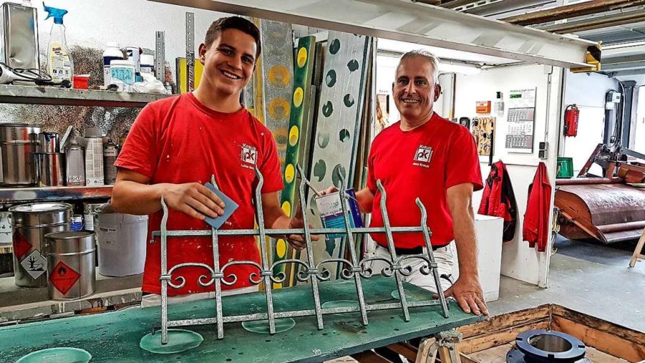 Lukas Senn (links) mit seinem Arbeitge...ichnung der Handwerkskammer eine Ehre.  | Foto: Gerald Nill