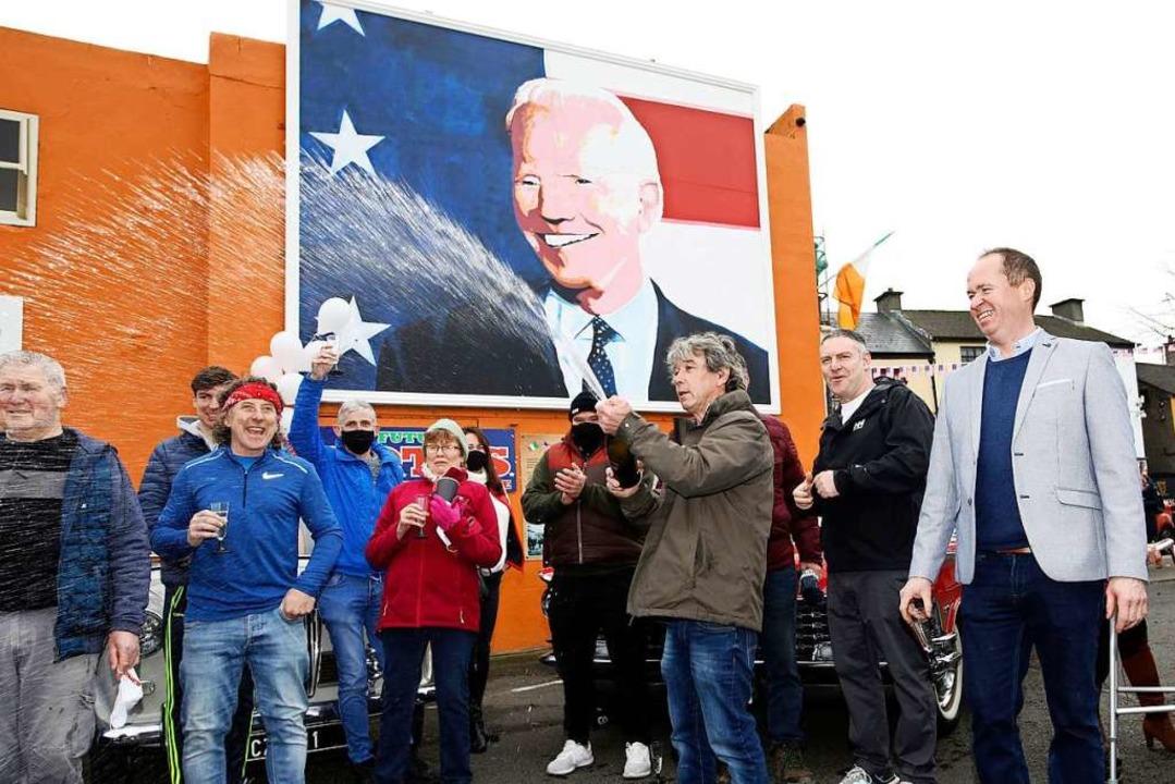 Joe Blewitt, ein Cousin des demokratis...ie Wahlergebnisse im irischen Ballina.  | Foto: Peter Morrison (dpa)