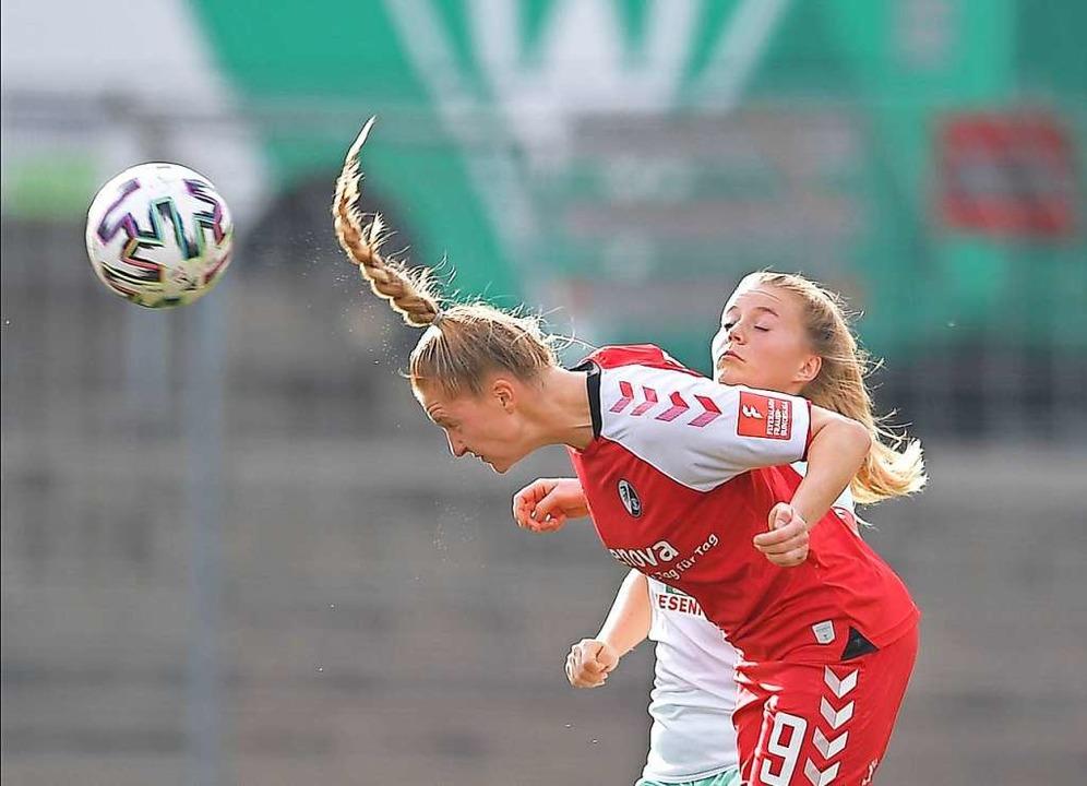 SC-Spielerin Janina Minge klärt hier per Kopf vor einer Bremer Spielerin.  | Foto: Achim Keller