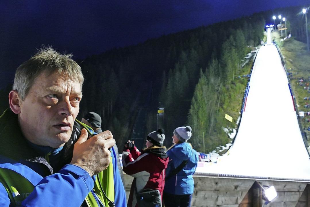 Ein Macher, mit jeder Faser verrückt n...eim Skisprungweltcup im Januar 2020.    | Foto: Johannes Bachmann
