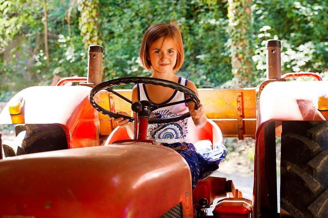 Die Tochter von Juliane Anselm-Schillinger hat auf dem Traktor Platz genommen.    Foto: Daniel Schoenen