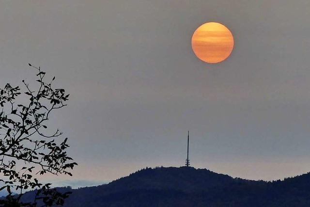 Die Sonne steht in Flammen zwischen Totenkopf und Eichenspitzturm