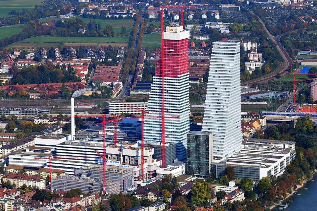 Am Fuß der beiden neuen Gebäude  steht...ben den Giganten beinahe zierlich aus.  | Foto: Erich Meyer