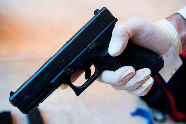 Männer posieren in Schopfheim mit Waffen für Fotos
