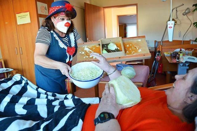 In Friesenheim muntert eine Clownin Senioren mit Humor und Sauerkraut auf