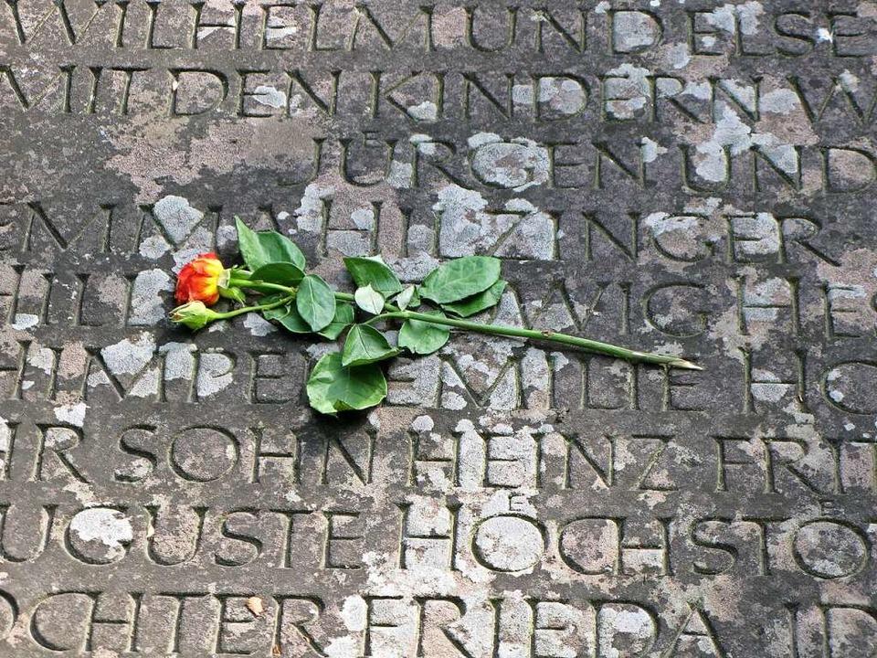 Auf dem Plattenband  um das Gemeinschaftsgrab stehen die Namen vieler Opfer.   | Foto: Arnd Henke