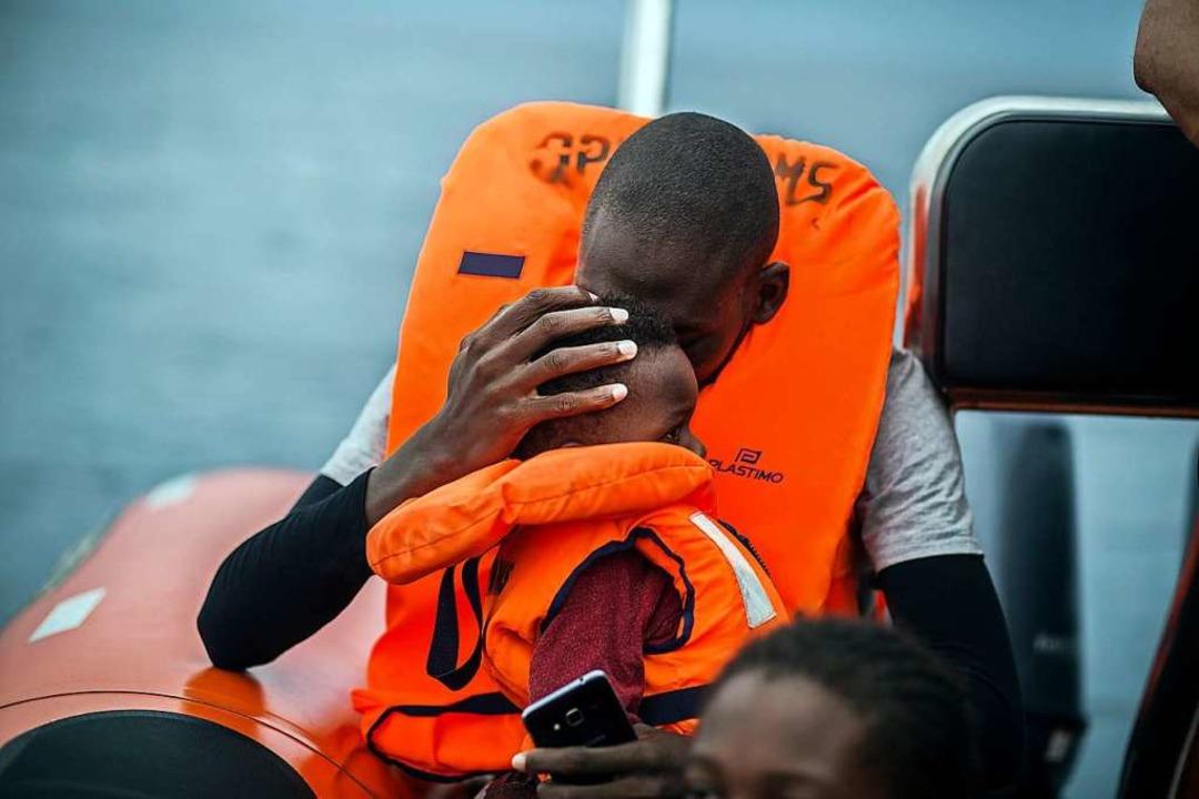 Vor Spanien gerettet: ein Mann mit seinem Sohn.  | Foto: Javier Fergo