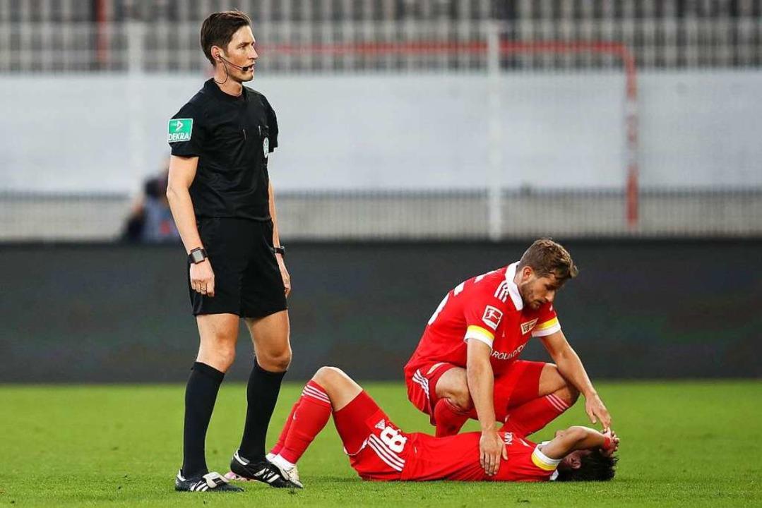 Erstmals hauptverantwortlich in der er...g neben zwei Spielern von Union Berlin  | Foto: Maja Hitij (dpa)