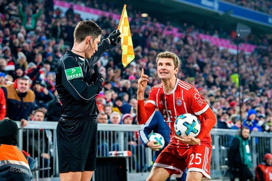 Als Schiedsrichter-Assistent kam Matth...a-Größen wie Thomas Müller in Kontakt.  | Foto: Matthias Balk