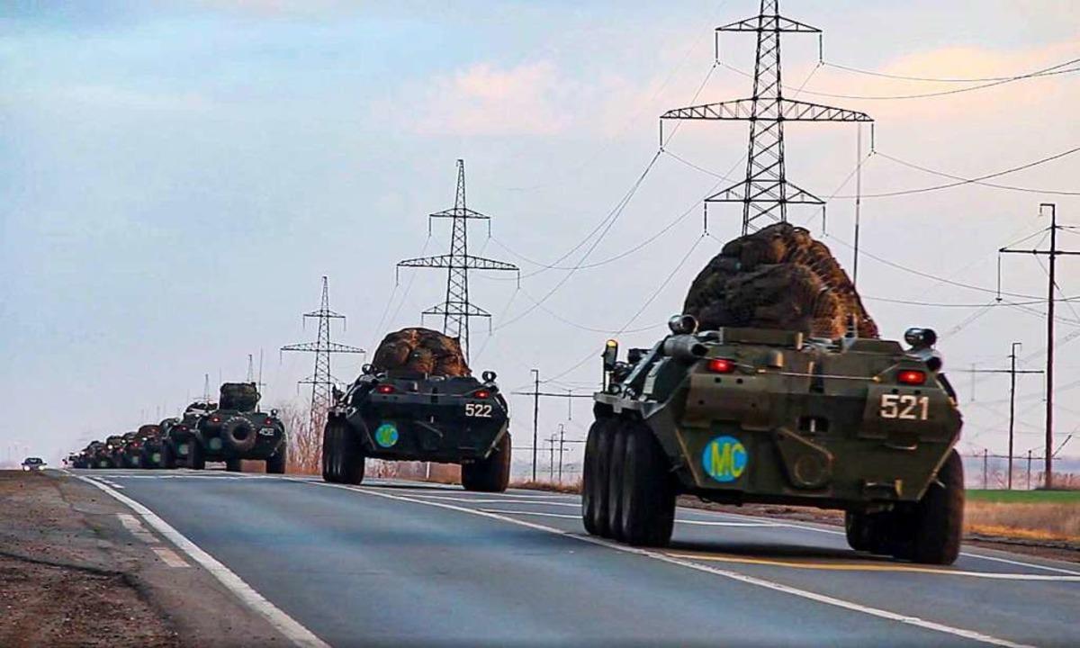 Russische Militärkonvois  machen sich auf den Weg nach Berg-Karabach.    | Foto: - (dpa)