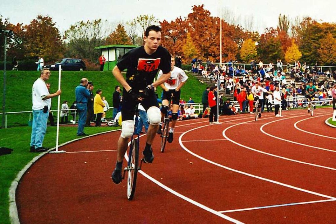 Michael Kempf beim Einradrennen in den 90er Jahren ...  | Foto: Privat