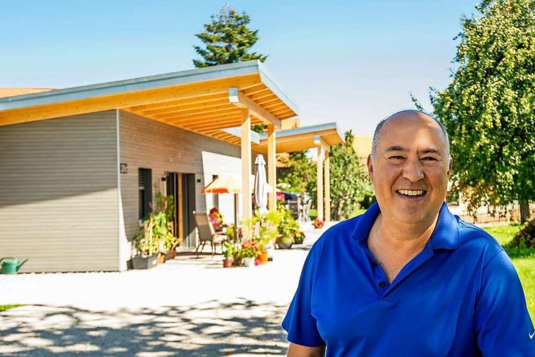 """Investor Wolfgang Dornfeld freut sich:...ner der Mini-Häuser sind happy"""".    Foto: Daniel Schoenen"""