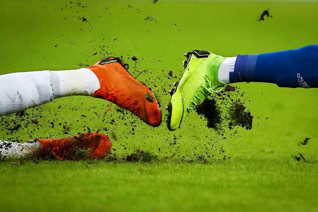 Seit 90 Jahren wird in Marzell Fußball...die Kickschuhe  freilich früher nicht.  | Foto: Christian Charisius (dpa)