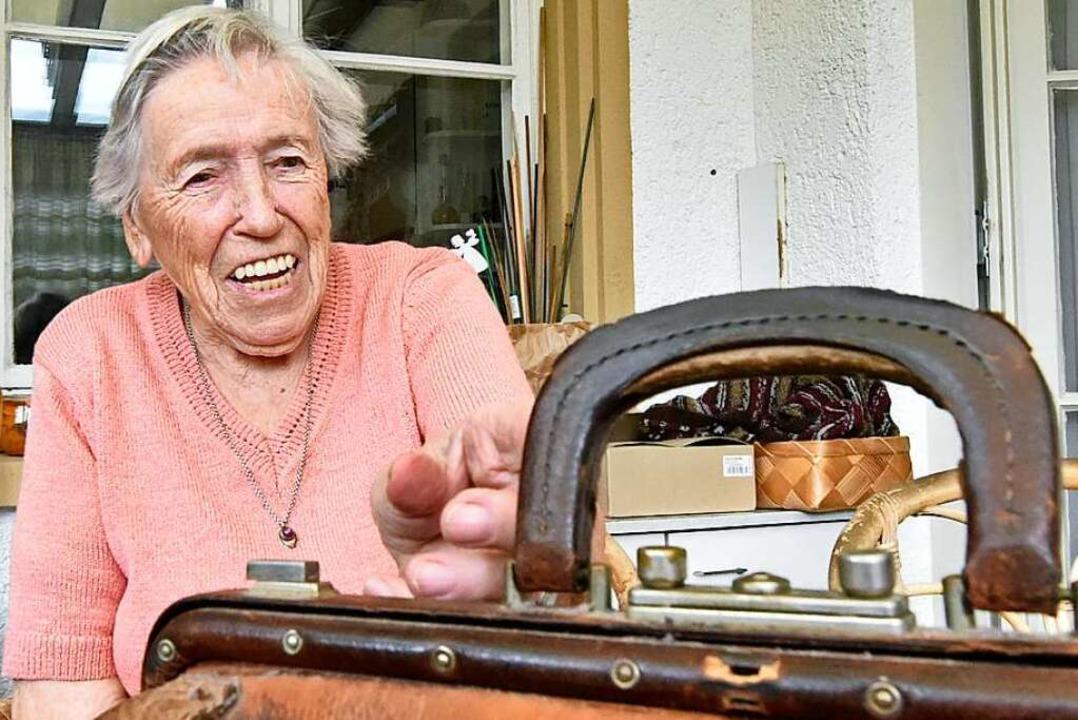 Seit 70 Jahren im Einsatz: Die Tasche ...gen, als Gertrud Müller Hebamme wurde.  | Foto: Michael Bamberger