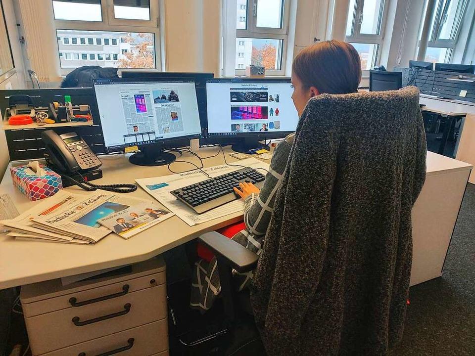 Hannah an ihrem Arbeitsplatz in der Anzeigenabteilung  | Foto: Carina H.