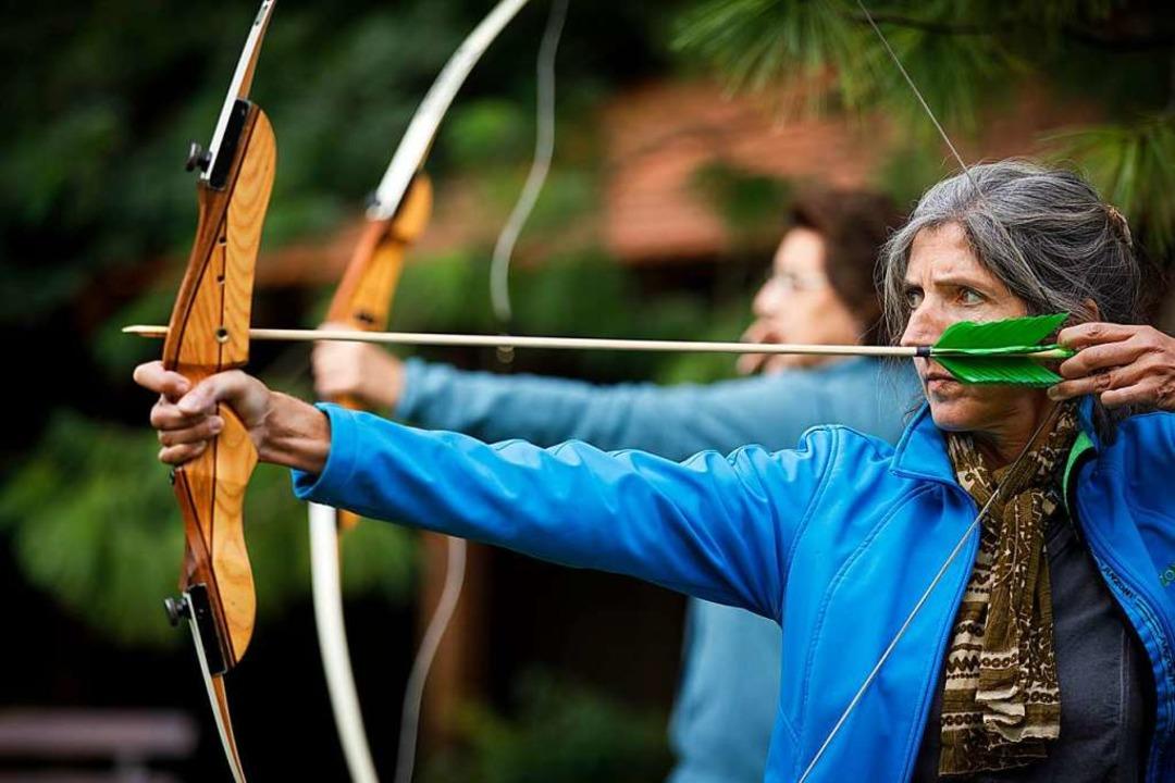 Konzentration und innere Ruhe: Beate K...iert mit Pfeil und Bogen ihr  Ziel an.    Foto: Gottfried Stoppel