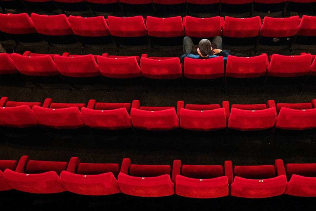 Kinos müssen seit 2. November wieder g...e die Infektionszahlen gesenkt werden.  | Foto: Daniel Reinhardt (dpa)