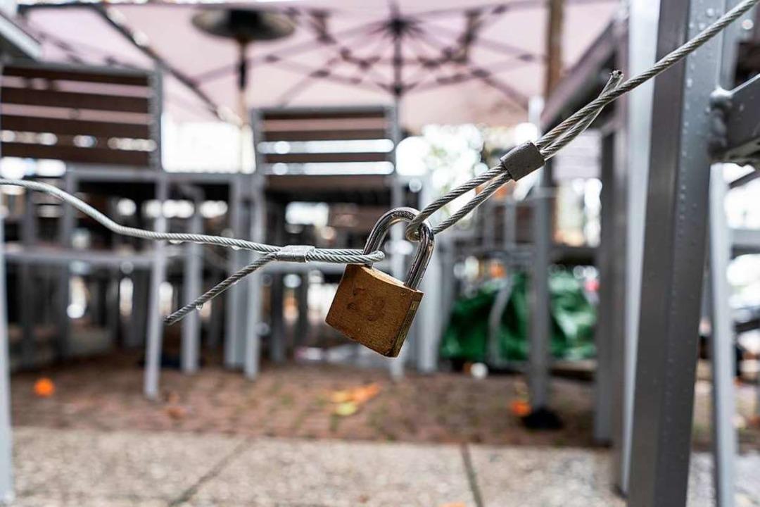 Vielerorts sind die Stühle mit Schlössern gesichert.  | Foto: Frank Rumpenhorst (dpa)