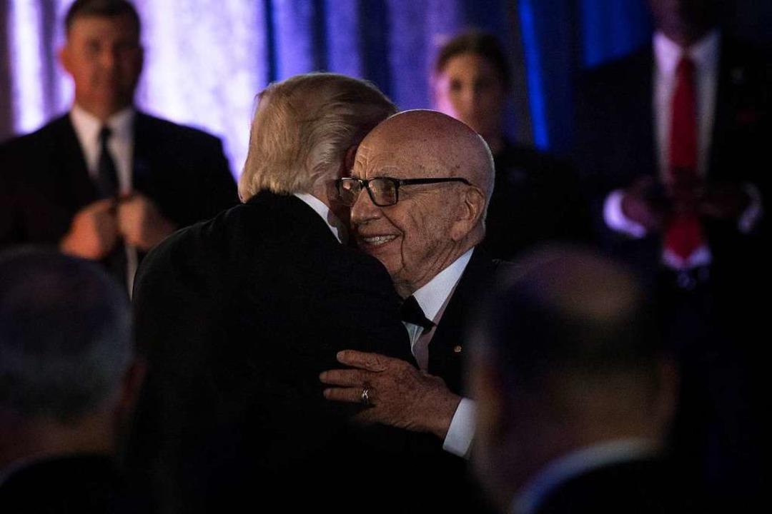 Da hatten sie sich noch lieb: Donald Trump und Rupert Murdoch 2017  | Foto: Brendan  Smialowski (AFP)