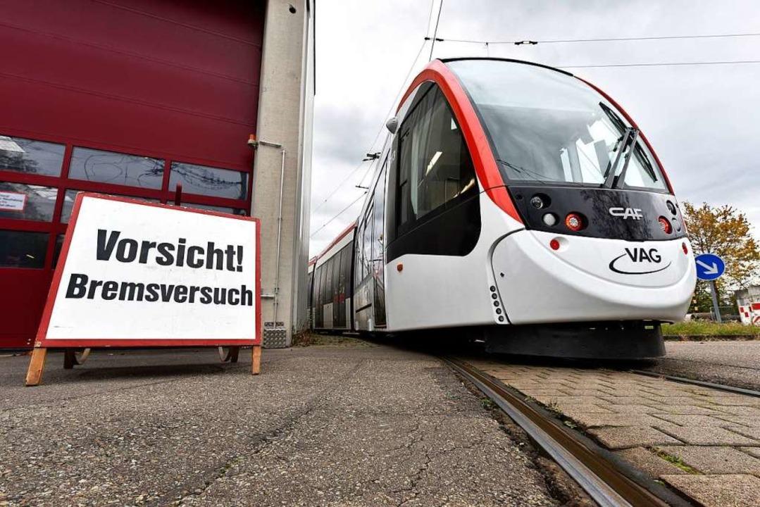 Ein neuer Urbos steht auf dem Hof der ...e Bahn noch etliche Tests durchlaufen.  | Foto: Thomas Kunz