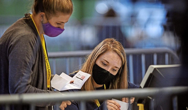 Wahlhelferinnen zählen in Pittsburgh  Briefwahlstimmen aus.  | Foto: Steve Mellon (dpa)