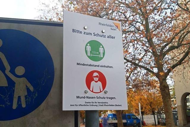 In der Rheinfelder Innenstadt weisen Schilder auf die Maskenpflicht hin