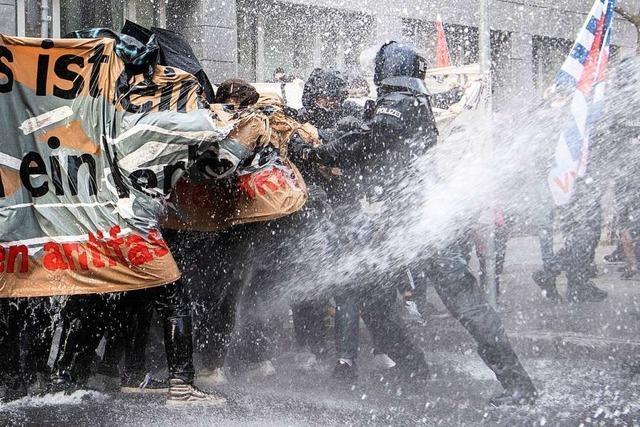 Frankfurter Polizei setzt Wasserwerfer gegen Gegendemonstration und