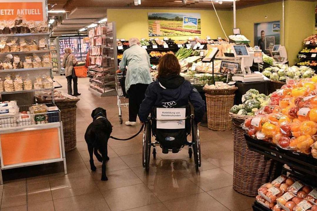 Instruktorin Simone Ruscher übt mit den Hunden auch im Supermarkt.  | Foto: Annette Mahro
