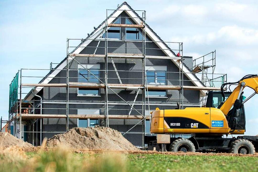 Bezahlbarer Wohnraum ist mehr gefragt denn je.  | Foto: Hauke-Christian Dittrich (dpa)