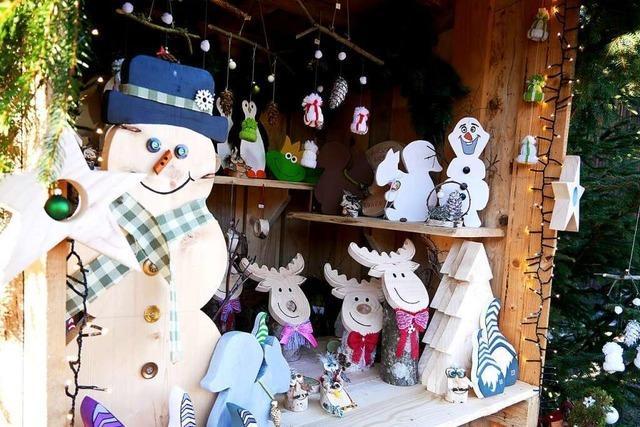 Statt Weihnachtsmarkt gibt's in St. Märgen Kunsthandwerk am Straßenrand