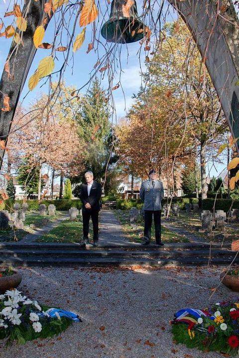 Auf dem Müllheimer Ehrenfriedhof legte...h-Französischen Brigade Kränze nieder.  | Foto: Volker Münch