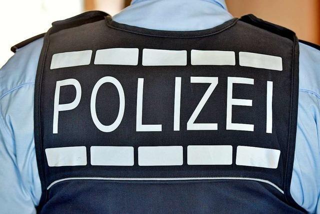 Mann in grauer Jogginghose entblößt sich auf der Eisenbahn-Kinzigbrücke in Offenburg