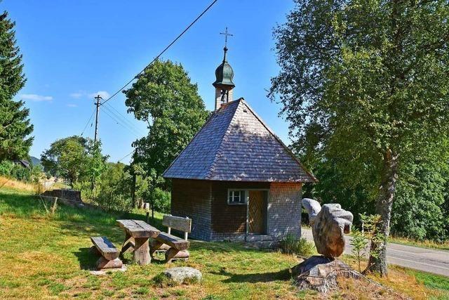 Die Kapelle beim Hinterbauernhof in Aha ist bemalt im Stile der Schwarzwälder Hinterglas- und Uhrenschildmalerei