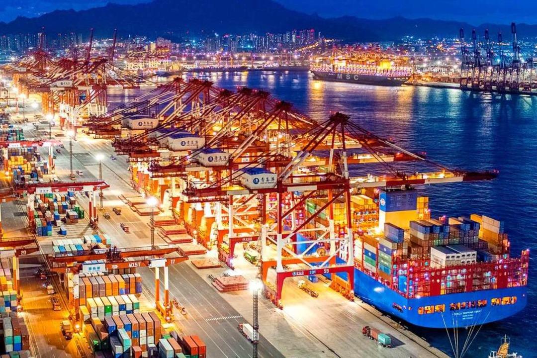 Containerschiffe liegen im nächtlich b...erminal des Hafens von Qingdao (China)  | Foto: Yu Fangping (dpa)