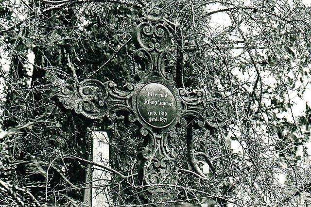 Die Holzkreuze auf dem Alten Friedhof sind Zeichen der Vergänglichkeit