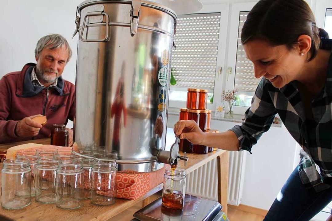 Jessika Graf beim Abfüllen der Weißtan...ristoph Graf ist ihr dabei behilflich.  | Foto: Erich Krieger